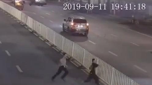 堪比动作片!南宁这名辅警15秒数次跨越护栏抓嫌犯