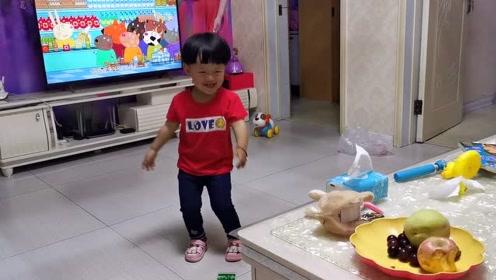 宝宝看电视离得太近,爸爸用了一招,宝宝乖乖的听话!