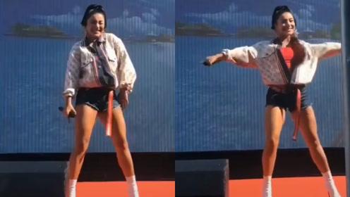 09年超女冠军江映蓉回老家商演,身材发福容貌大变认不出