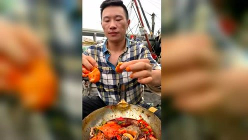 来看看渔民大哥的豪华午餐,大海螺倒上点辣椒油,网友:流口水了