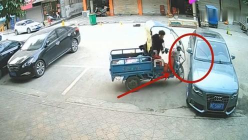 大妈推着三轮车调头不慎挂蹭到奥迪车,司机看完监控后好无奈