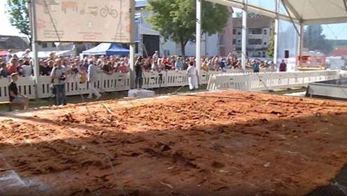 世界上最大的炸鸡排,足足70平方米,被分割成4800块!