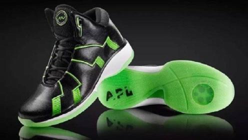 一出场就被NBA禁用的鞋子,切开一开,难怪不给穿!