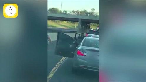 嚣张司机持棍威胁后车强行插队 没想到被女司机下车暴揍