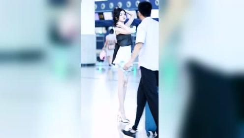 机场遇到的一个小姐姐,身高1米8,腿长至少1米2吧