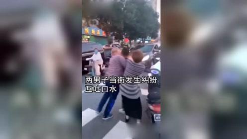 两男子当街发生口角互吐口水,路人看懵