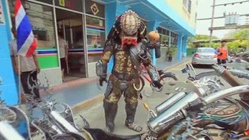 把摩托车改成铁血战车,把衣服改成铁血战衣,开出去众人笑了!
