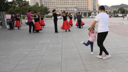 广场上有人跳交际舞,被宝宝看到以后,非拉着姥姥一起跳!
