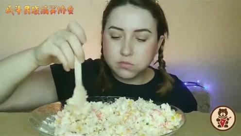 俄罗斯大姐一人吃3斤沙拉 吃到最后的表情太逗了