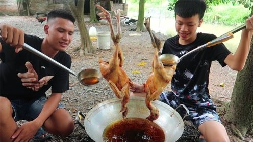 小伙子买了2只小鸡,用热油淋了1个小时,出锅后吃的太过瘾
