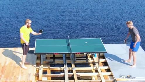 男子脑洞大开,把乒乓球桌搬到湖面上,一个转身就掉下水里!