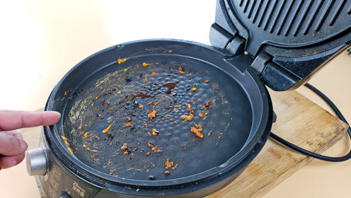 不管电饼铛油垢多脏,这样煮一煮,比用洗洁精还干净,方法真管用