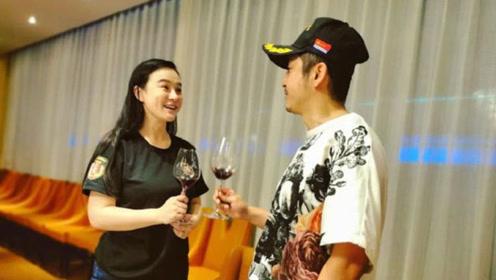 冉莹颖庆35岁生日与老公邹市明干杯 三胎儿子出镜