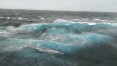 这种深蓝色的海水最起码深度达到了2500米以上!