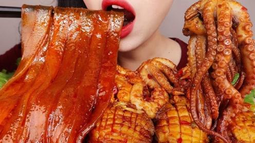 你喜欢吃八爪鱼吗?小姐姐面前摆满了蘸满辣酱的八爪鱼,很有食欲