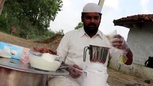 印度大叔买了许多巧克力,打成汁做成巧克力牛奶,给孩子们喝