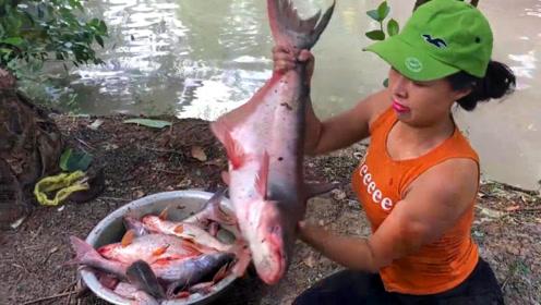 农村女孩捕鱼,捕了条大鱼,这条鱼有多大,一个脸盆都装不下