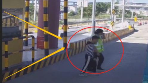 竟有这样的父母?孩子被落在高速收费站,父母竟都不知道!