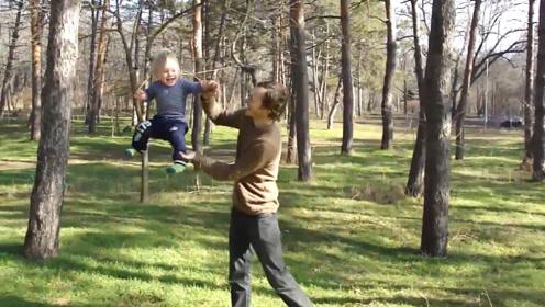 爸爸带宝宝做晨练,小娃被耍的上下飞起,生孩子果然就是用来玩的