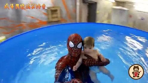 """外国爸爸扮成""""蜘蛛侠""""陪儿子游泳 萌娃眼睛里都是崇拜"""