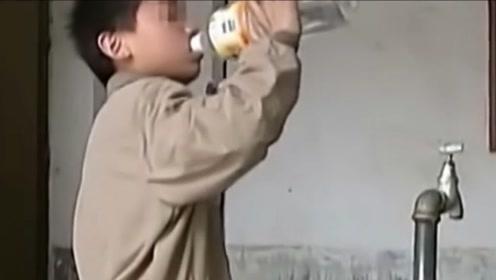 神奇的牛饮男孩一天要喝三十斤水,像牛一样狂饮,专家无法解释!