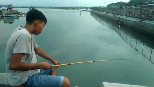 这个小伙子钓鱼真厉害,连浮漂都不用,却能一直上鱼
