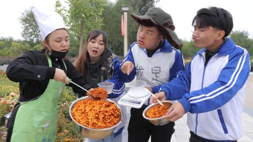 爆笑短剧:学生带秤来食堂吃饭,谁知大厨竟用辣酱和铁盆凑斤数
