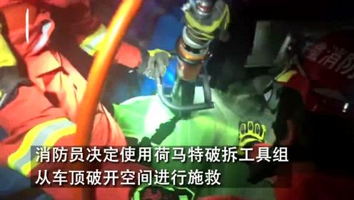 渣土车十字路口追尾货车一人被困  消防员成功施救