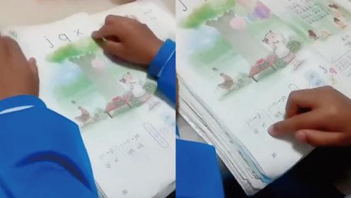 萌娃学习读拼音语文突然跳戏到数学: jqx...7+1=2
