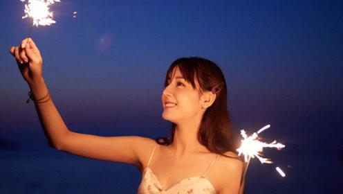 迪丽热巴绿洲大玩烟花棒似仙女 吊带裙衬姣好身材露甜笑