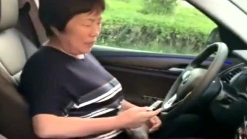 俩闺女偷偷给妈妈买了新车,妈妈开心的像个孩子