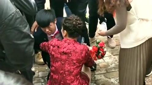 婚礼上的最美丈母娘,看女婿被灌酒心疼了,亲自下楼接上来!