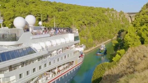 最大邮轮成功穿过科林斯运河刷新纪录 运河两侧的岩壁近到游客触手可及