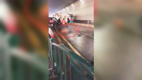 两名环卫工清洗护栏被私家车撞倒 现场惨烈疑似有伤亡