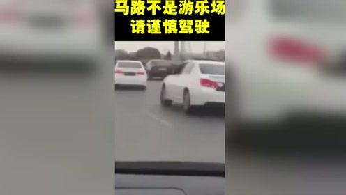后面几辆车发现了快乐,认真的摇了起来