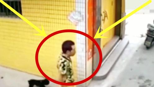 美女憋坏了,着急上公厕,男子突然出现,太无语!