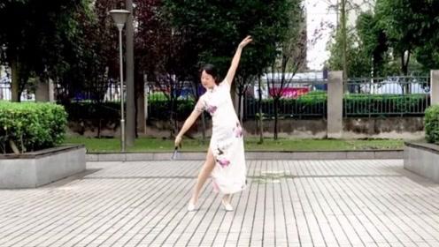 自信的微笑广场舞《今天是你的生日》旗袍折扇舞教学