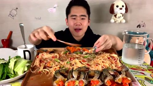 泰国小哥吃米粉配生蟹,直接用手抓吃的超香