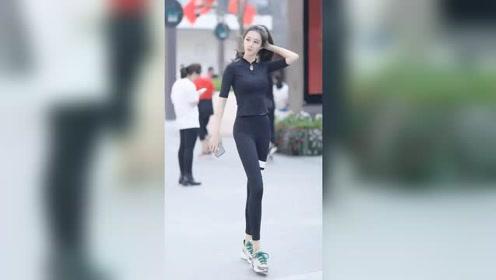 街头偶遇身材超棒的小姐姐,运动风格的搭配,让身材曲线看着更凹凸有致了!