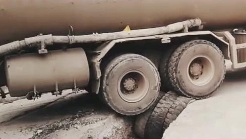这位老司机真是太胆大了,沟里放几个轮胎垫着,居然就敢过去