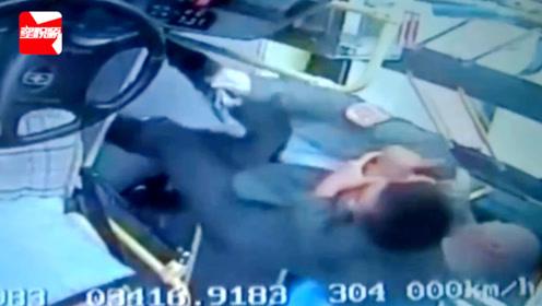 暴脾气!两车剐蹭,轿车车主翻窗暴打公交司机,一脚踹其脸上