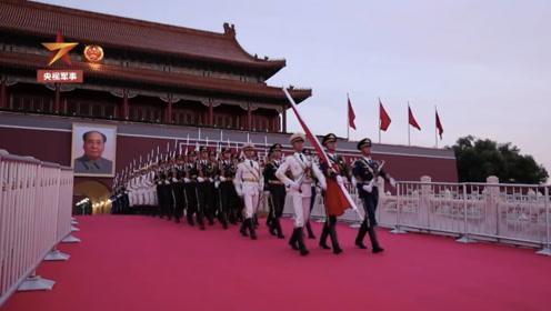 解放军仪仗大队255名队员延迟退伍,这是他们离开前最后一次升旗