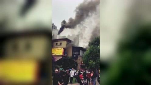 重庆一酒楼发生火灾 现场火势凶猛浓烟冲天