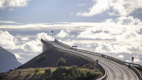 """世界上最会""""骗人""""的大桥 走到中间就断了 还有浪花翻涌"""