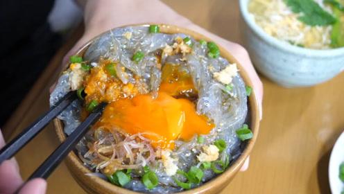 """日本人眼中的美食,把""""幼鱼""""拌上鸡蛋,直接就下嘴了"""