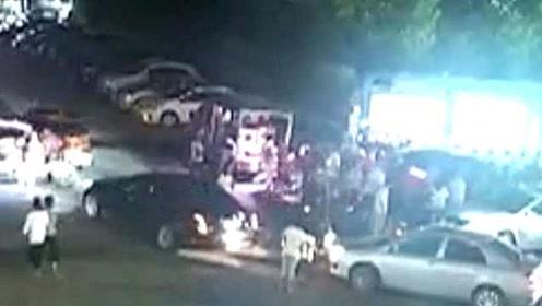 17秒集结!大人小孩被压车底,众人合力17秒抬车救人