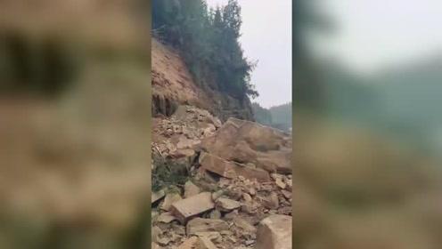 四川蓬安突发山体滑坡有人被埋 目击者:家属哭得厉害