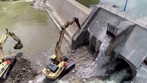 挖掘机老板接了个挖水坝工程,挖通的瞬间,看着真过瘾