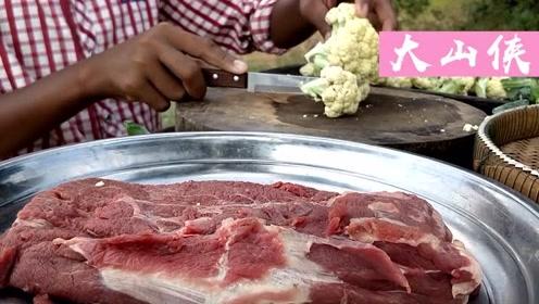 印度小伙户外炒菜,用牛肉炒花菜,看样子很入味