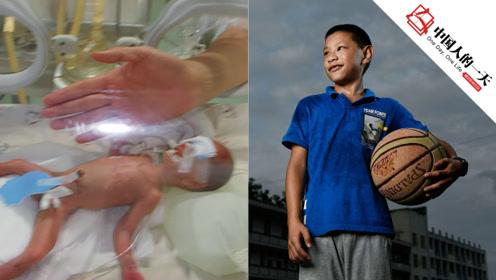 13年前的早产儿只有巴掌大不足1斤重,如今长成阳光运动少年